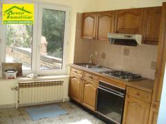 Gilly: bel appartement style duplex comprenant: Hall d'entrée, living, cuisine équipée, salle de bain, 3 chambres, grenier, ch&ac