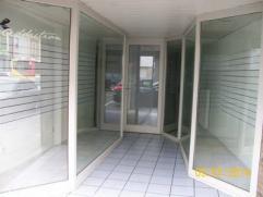 REZ COMMERCIAL DE +/- 100 m² CUISINE SEMI-EQUIPEE. RESERVE. COUR. CHAUFFAGE CENTRAL GAZ. TRES B