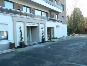 Dans un immeuble de prestige, très bel appartement situé au rez-de-chaussée avec petit jardin privatif, garage sécuris&eac