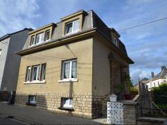 Très fonctionnelle, cette maison, entière rénovée, est située dans un quartier résidentiel, calme, à