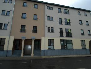 L'appartement comprend : hall d'entrée, wc séparé, 2 chambres, salle de bains (baignoire + rideau de douche, lavabo), living avec