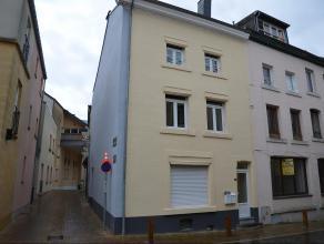 Dans le centre ville, cet appartement duplex est aménagé au premier étage et comprend au 1er: une cuisine équipée o
