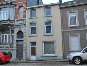 Centre d'Arlon : maison 2 façades à rénover composée de 3 étages aménageables, grenier et caves. Gaz de vill