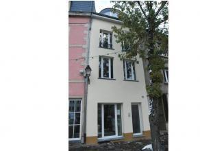 L'appartement idéalement placé à proximité des commerces et écoles est situé au rez-de-chaussée et co