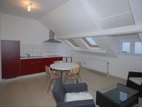 Arlon. Centre, 3e étage. L'appartement se compose d'une pièce living avec coin cuisine, coin à manger, et coin salon, d'une chamb