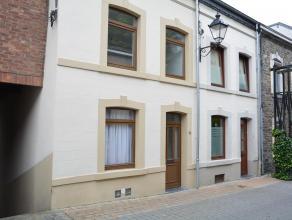 Dans le centre de Bastogne, maison 2 façades entièrement rénovée. Bonne situation. Au rez : salon et cuisine équip&