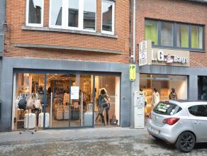 Bastogne. Surface commerciale sise au rez-de-chaussée, en plein coeur de la rue principale, avec une surface exploitable de 250m². Larges