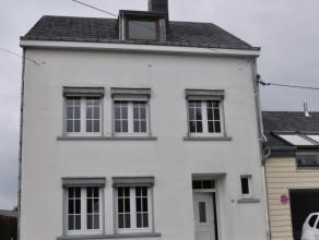 Bastogne. Proche du centre. Maison 3 à 4 ch, véranda, garage et jardin. Rez: hall d'entrée, wc, salon, sàm avec possibilit