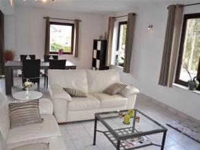 Gelegen te Bastogne, dit appartement-duplex van 128 m² in perfecte staat - bestaande uit een inhomhal, ingerichte keuken, grote heldere woonkamer