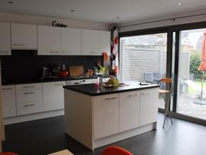 Nog geen nederlandstalige versie beschikbaarJolie maison récente située dans un clos fermé proche du centre ville. Elle se compos