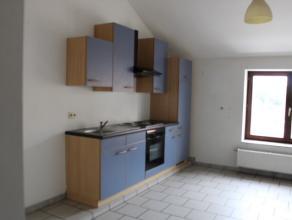 Appartement 1 slaapkamer volledig gerenoveerd in de nabijheid van het centrum van Bastogne bestaat uit een salon met mezzanine, eetkamer - ingerichte