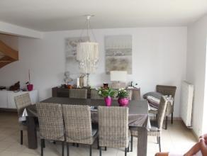 Gelegen in Bastogne, zeer mooi appartement van 133 m². Bestaande uit een hal, salon-eetkamer, ingerichte keuken, berging, badkamer, 3 slaapkamers