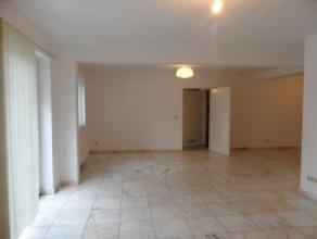 Bel appartement au rez-de-chausse proche du centre-ville, compos de 2 chambres, d'une salle de bain. Ainsi que d'une cuisine quipe, une buanderie et d