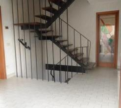 Belle maison proche du centre ville d'Arlon et des commodits. Maison compose d'un spacieux hall d'entre, d'un lumineux living-salon, ainsi qu'une gran