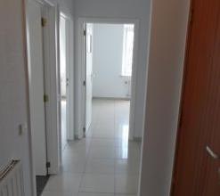 Bel appartement deux minutes pied de la gare d'Arlon, et des commodits. Appartement lumineux de deux chambres, compos d'un hall d'entre, d'un spacieux