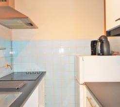 Agrable studio situ proche de la gare et des commodits. Compos d'un hall d'entre, une salle de douche neuve + wc, une cuisine, un living-chambre. Ains
