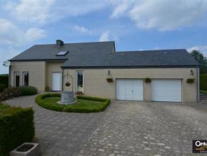 Maison entourée d'un jardin aménagé avec terrasse agréable, comprenant vaste séjour, cuisine équipée,