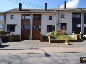 Maison avec garage et jardin, située au calme,  à proximité des commerces et des grands axes de circulation. Vaste séjour,