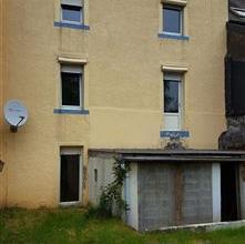 A Stockem, à proximité de la gare, découvrez cette maison bel étage composée de deux grandes chambres avec grenier