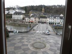 Très bel appartement au second étage d'un immeuble situé plein centre ville à Bouillon.  Superbe vue sur le pont de Li&egr