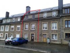 Petite maison de ville, sur un terrain de 214 m², située non loin de la gare de Paliseul.  Le niveau route comprend une chaufferie/cave et