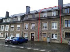 Petite maison de ville, sur un terrain de 212 m², située non loin de la gare de Paliseul.  Le niveau route comprend une chaufferie/cave/at