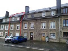 Petite maison de ville, sur un terrain de 215 m², située non loin de la gare de Paliseul.  Le niveau route comprend une chaufferie/cave et