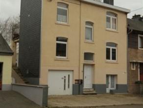 Bonne maison de ville sur un terrain de 612 m², dans un quartier résidentiel, proche du centre d'Arlon.  Ce bien jouit d'un très be