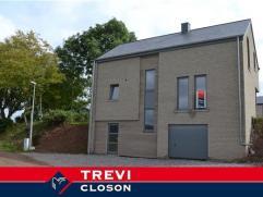 Nieuwe constructie gelegen op een perceel van 615m² met een vrij uitzicht. Deze woning bevat de volgende kamers: kelders, ruime garage, verwarmin