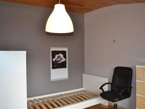Bastogne (centre) : Kot pour étudiant situé sur la place Mc Auliffe et toutes ses commodités. Composition: une grande chambre pri