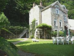 Grande maison indépendante construite en 1906 dans le style traditionnel des Ardennes, récemment rénovée et redécor