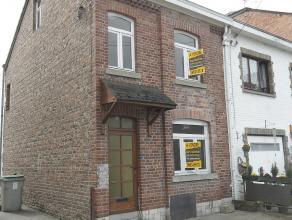 Maison trois façades à rénover, à deux pas du centre de Barvaux. Composée d'un séjour, d'une salle à