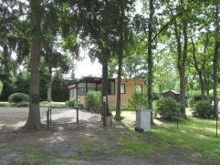 Habitation de vacances dans un site boisé proche d'une rue calme. Elle est située sur une parcelle bien orientée de 1067 m²
