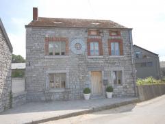 Maison de caractère en pierre du pays, située dans le beau village de Warre (Durbuy). Cette charmante maison rénovée avec