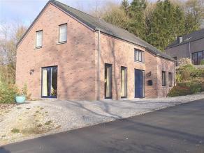 Magnifique maison construite en 2004 située dans un quartier calme et agréable. Cette maison 4 façade se compose de 4 chambres, d