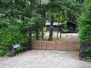 Chalet meublé sur un beau terrain boisé & clôturé. Il se compose de: 1 Living, 1 Salle à Manger, 1 Cuisine, 3 Ch