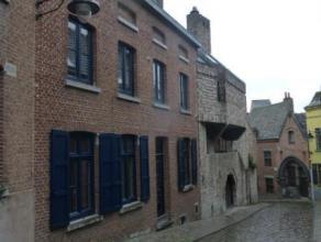 Mons. Rue Cronque, 6. Très belle maison idéalement située dans le centre historique de Mons dans une des plus belles et calmes ru
