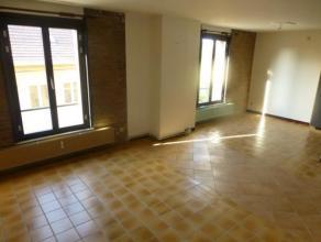 Binche. Rue des Ecoliers, 11. Très bel appartement bien situé dans le centre-ville de Binche, à proximité immédiate