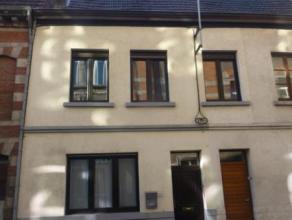 Mons. Rue de la Petite Triperie, 14 B. Maison située en plein centre-ville composée d'un hall d'entrée, living, cuisine éq