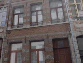 Mons, Rue de la Raquette 28. Maison d'habitation à rénover en plein centre de Mons, composée: SS: caves Rez: hall d'entrée