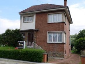 Mons, Rue du Joncquois 117. Agréable maison d'habitation avec passage latéral 4 façades dans Mons. SS: garage - chaufferie - buan