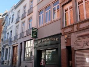 Mons, Rue de la coupe, 9. Bel immeuble commercial actuellement destiné à l'exercice d'un commerce d'alimentation proposant  2 piè
