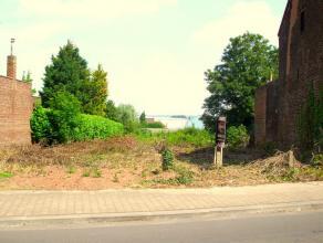 Situé proche de toutes commodités, terrain  bâtir de 20 ares et 30 centiares. Faire offre  partir de 79.000 euros.