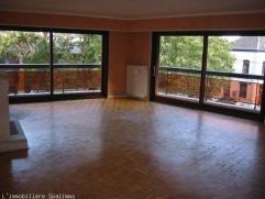 Bel appartement 3 chambres situé proximité centre dans petit immeuble Compr. : grande cave et garage vaste hall living cuisine éq