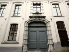 Mons, rue de Naast 6. Bel appartement sis au rez +/- 80 M² comp. hall d'entrée, living, cuis. éq., salle de bain avec jets et douch