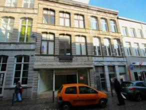 Mons rue de la Clé 21. A prox. de la Grand Place. Bel immeuble commercial comp. caves (50 M²). Rez (50M²): surface com. ent. r&eacute