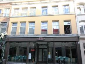 Mons rue de la Clé 33. Centre ville. Surface commerciale +/ -100 M² + cave et local +/- 20 M². Libre le 01/01/2016. Toute destination