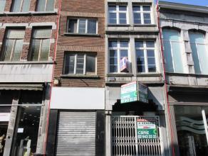 Mons rue de la Chaussée idéalement situé dans le piétonnier, immeuble commercial brut de béton. d'une superficie de
