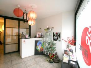 Maison commerciale + privé sur 3 niveaux à usage d'institut de beauté. Le commerce peut aisément convenir pour d'autres ac