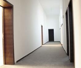 Situé dans une ancienne école, nous vous proposons cet appartement 1 chambre avec parking privé, il est entièrement r&eacu
